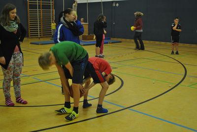 Das Bild zeigt Kinder beim Spielen mit dem Ball.