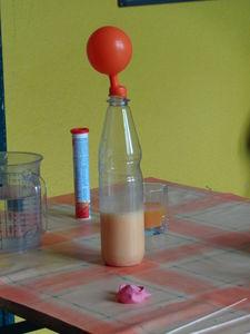 Mit Hilfe einer Brausetablette einen Luftballonauf aufpusten