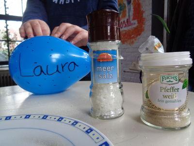 Wie kann man Salz und Pfeffer mit Hilfe eines Luftballons voneinander trennen. Durch Aufladung!